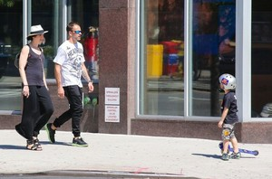 Jonny Lee Miller Spends the 日 with His Family