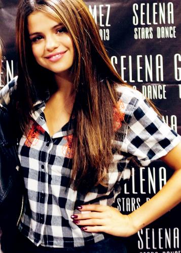 Selena Gomez karatasi la kupamba ukuta containing a portrait titled Lovely Selena
