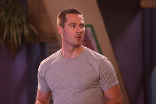 Luke Macfarlane Hintergrund possibly with a jersey called Satisfaction - 1x10 Confrontations