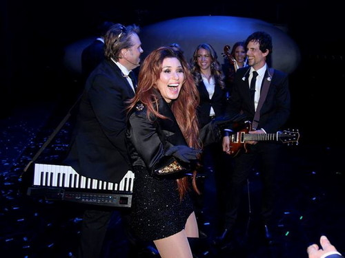 Shania Twain achtergrond with a business suit, a concert, and a suit titled Shania