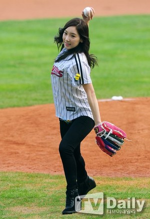 TaeYeon Throws Opening Pitch with SeoHyun Batting