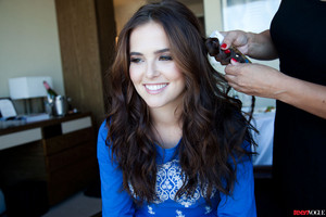 Zoey Deutch getting ready for 音乐电视 VMAs