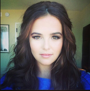 Zoey Deutch getting ready for 엠티비 VMAs
