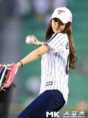 A Pink's Na-Eun throws first pitch at LG-KIA baseball game