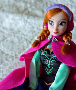 Anna and Elsa disney Store boneka