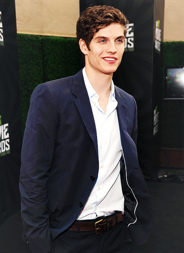 Daniel Sharman wallpaper with a business suit, a suit, and a three piece suit entitled Daniel Sharman ♥