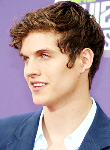 Daniel Sharman karatasi la kupamba ukuta containing a business suit and a suit entitled Daniel Sharman ♥