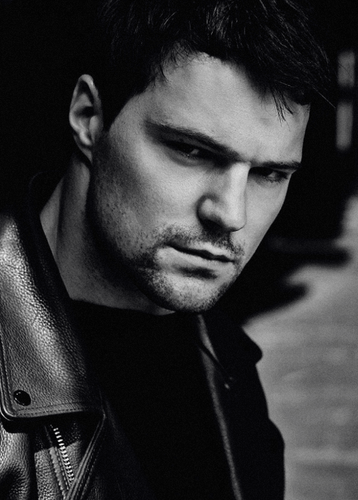 The Vampire Academy Blood Sisters karatasi la kupamba ukuta containing a business suit called Danila Kozlovsky