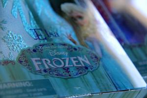 Elsa डिज़्नी Store doll's details