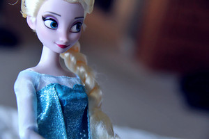 Elsa डिज़्नी Store doll's details
