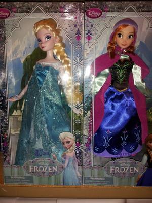 Elsa and Anna Puppen
