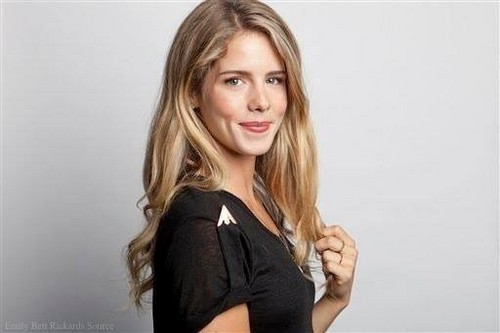 Emily Bett Rickards karatasi la kupamba ukuta containing attractiveness, a bustier, and a portrait called Emily