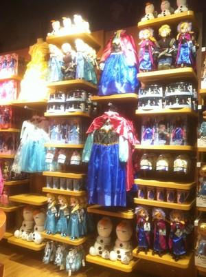 《冰雪奇缘》 Merchandise at the 迪士尼 Store