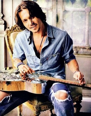 Johnny Depp playing/holding the guitarra
