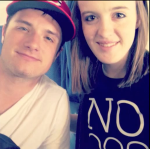 Josh with a پرستار on a flight from LA to Cincinnati
