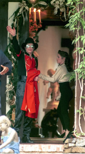 Lisa Marie Presley wolpeyper probably containing a sign titled Lisa And segundo Husband, Michael Jackson At Neverland