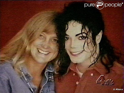 Michael Jackson Hintergrund with a portrait entitled Michael And Sekunde Wife, Debbie Rowe