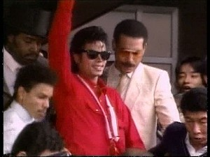Michael Jackson arrives at Jepun airport