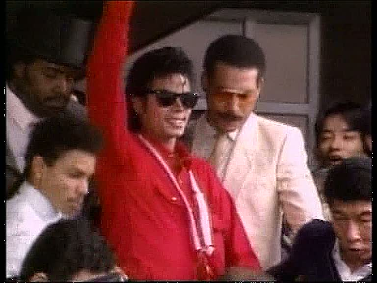 Michael Jackson arrives at Japan airport