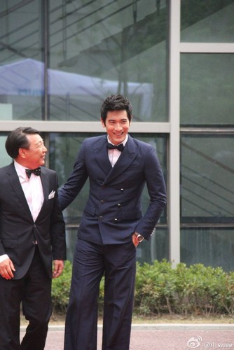 Godfrey Gao 壁纸 with a business suit, a suit, and a dress suit entitled Philips - [09.13.13] - Shangai