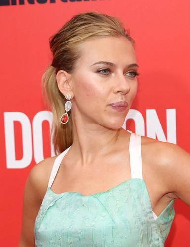 Scarlett Johansson wallpaper containing a portrait titled Scarlett Johansson at the NY premiere of Don Jon