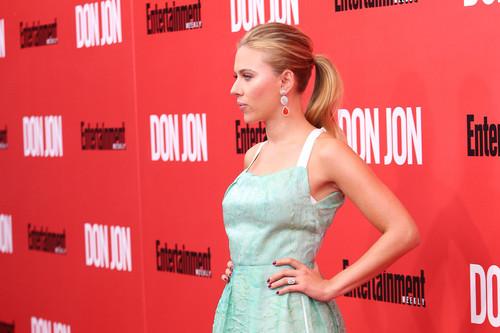 Scarlett Johansson Hintergrund containing a abendessen dress and a bridesmaid entitled Scarlett Johansson at the NY premiere of Don Jon