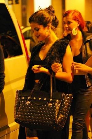 Selena at the Versage Woman's Wear mostrar in Milan (September 20)