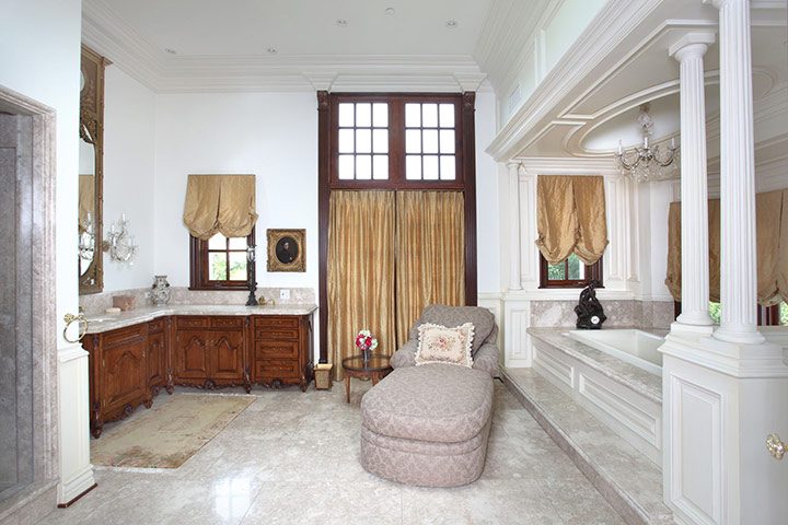 The Master Bathroom At Michael's Former Place Of Residence On Carolwood Drive