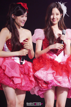 Tiffany and Seohyun konser 130914
