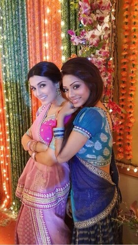 saraswatichandra (série de televisão) wallpaper probably with a bridesmaid, a bouquet, and a dress entitled offscreen