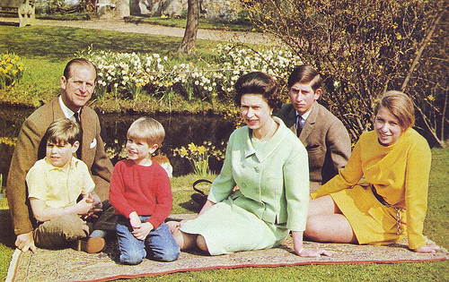 엘리자베스 2세 여왕 바탕화면 probably with a 거리 and a live oak entitled 퀸 elizabeth ii with family