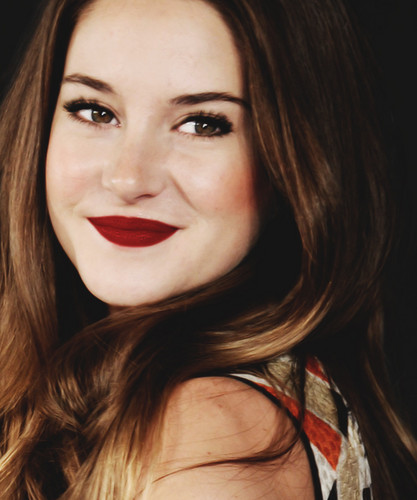 Shailene Woodley wallpaper probably with a portrait titled shaileneybeany ツ