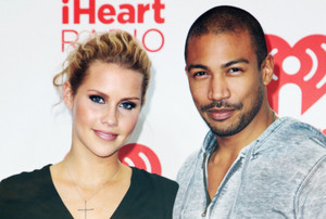 Claire Holt & Charles Michael Davis → iHeartRadio 音楽 Festival