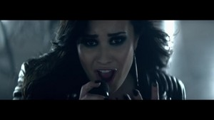 Demi Lovato - puso Attack {Music Video}