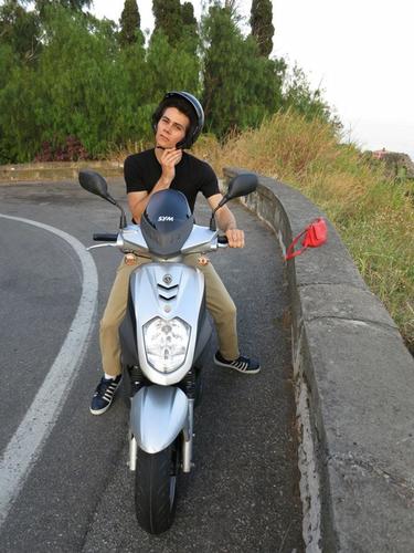 Dylan O'Brien karatasi la kupamba ukuta containing a motor scooter called Dylan O'Brien