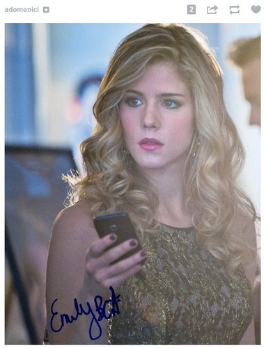 Emily Bett Rickards karatasi la kupamba ukuta with a portrait called Emily