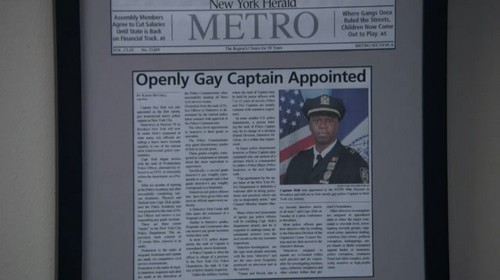 Brooklyn Nine-Nine karatasi la kupamba ukuta entitled Holt's gay?
