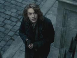 Jamie Campbell Bower achtergrond with a business suit and a straat entitled Jamie Cambell Bower as Anthony Hope in Sweeney Todd: The Demon Barber of Fleet straat