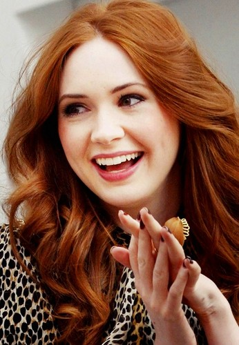 Amy Pond karatasi la kupamba ukuta containing a portrait titled Karen Gillan