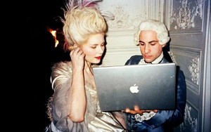 Marie Antoinette with a laptop
