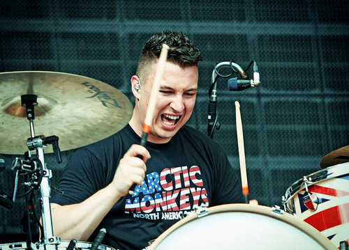 Arctic Monkeys karatasi la kupamba ukuta with a snare drum, a tenor drum, and a drummer, ngoma called Matt Helders