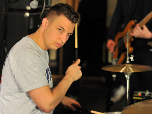Arctic Monkeys karatasi la kupamba ukuta containing a drummer, a cymbal, and a tympanist titled Matt Helders