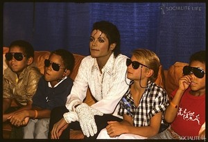 Michael Backstage With His Nephews And A Young người hâm mộ