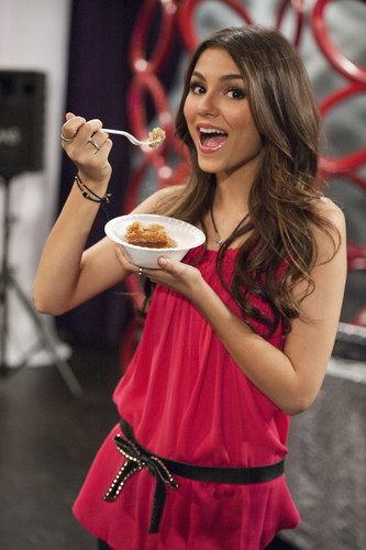 Victoria Justice wallpaper probably with a brunch, a coffee break, and a fried egg entitled Victorious