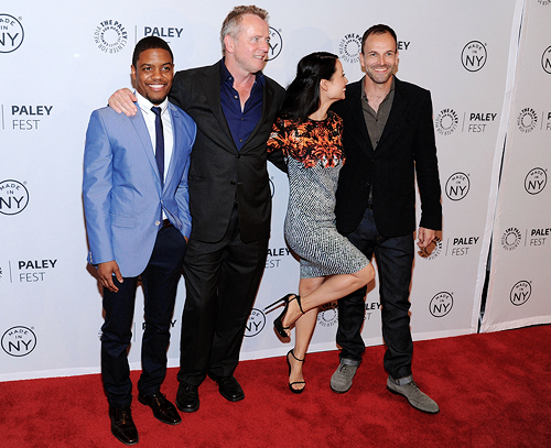 Laisalves8 Обои with a business suit, a well dressed person, and a dress suit entitled Elementary cast at Paley Fest-Octuber,2013
