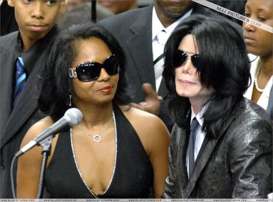 Entertainer Michael Jackson (L) sits with the Reverends Al ...