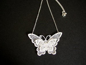 dentelle papillon collier
