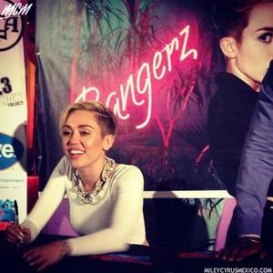 Miley on Bangerz autograph programme