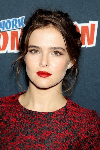 The Vampire Academy Blood Sisters দেওয়ালপত্র titled NY Comic Con 2013 - Zoey Deutch