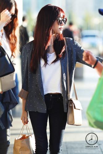 Tiffany Hwang fondo de pantalla probably containing sunglasses, a box coat, and an outerwear called Tiffany Airport